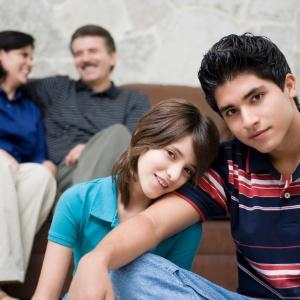 Antes de julgar, pais devem refletir se há realmente algo de errado com o namorado - Getty Images