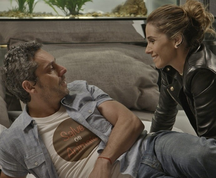 Enquanto Romero Rômulo (Alexandre Nero) chora a suposta morte de Atena (Giovanna Antonelli), a golpista surge sorridente.