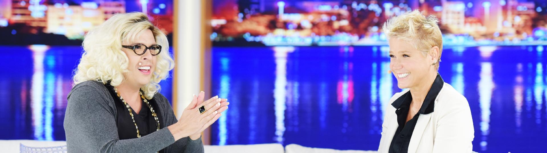 21.mar.2016 - Xuxa recebe o humorista Wellington Muniz, o Ceará, no palco de seu programa na Record. No encontro, a apresentadora é entrevistada por Gabi Herpes, personagem do humorista que satiriza a jornalista Marília Gabriela