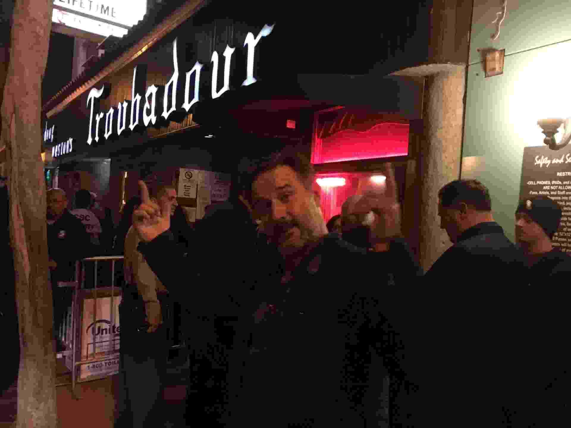 """1.abr.2016 - O ator David Arquette (ex-marido da atriz Courtney Cox, a Monica da série """"Friends"""") não consegue ingresso e fica para do show do do Guns N' Roses - James Cimino/UOL"""
