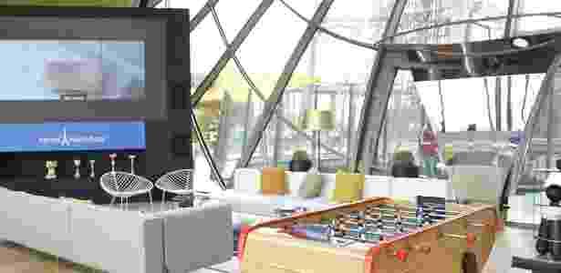 O espaço na torre Eiffel oferece diversas opções de diversão para os hóspedes - Divulgação/HomeAway - Divulgação/HomeAway