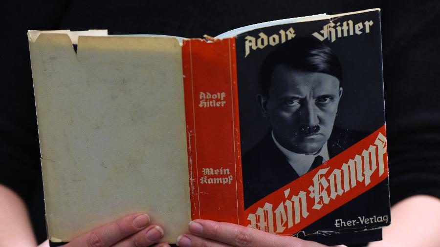 """Edição alemã do livro """"Mein Kampf"""" (Minha Luta) de Adolf Hitler - Tobias Schwarz/AFP"""