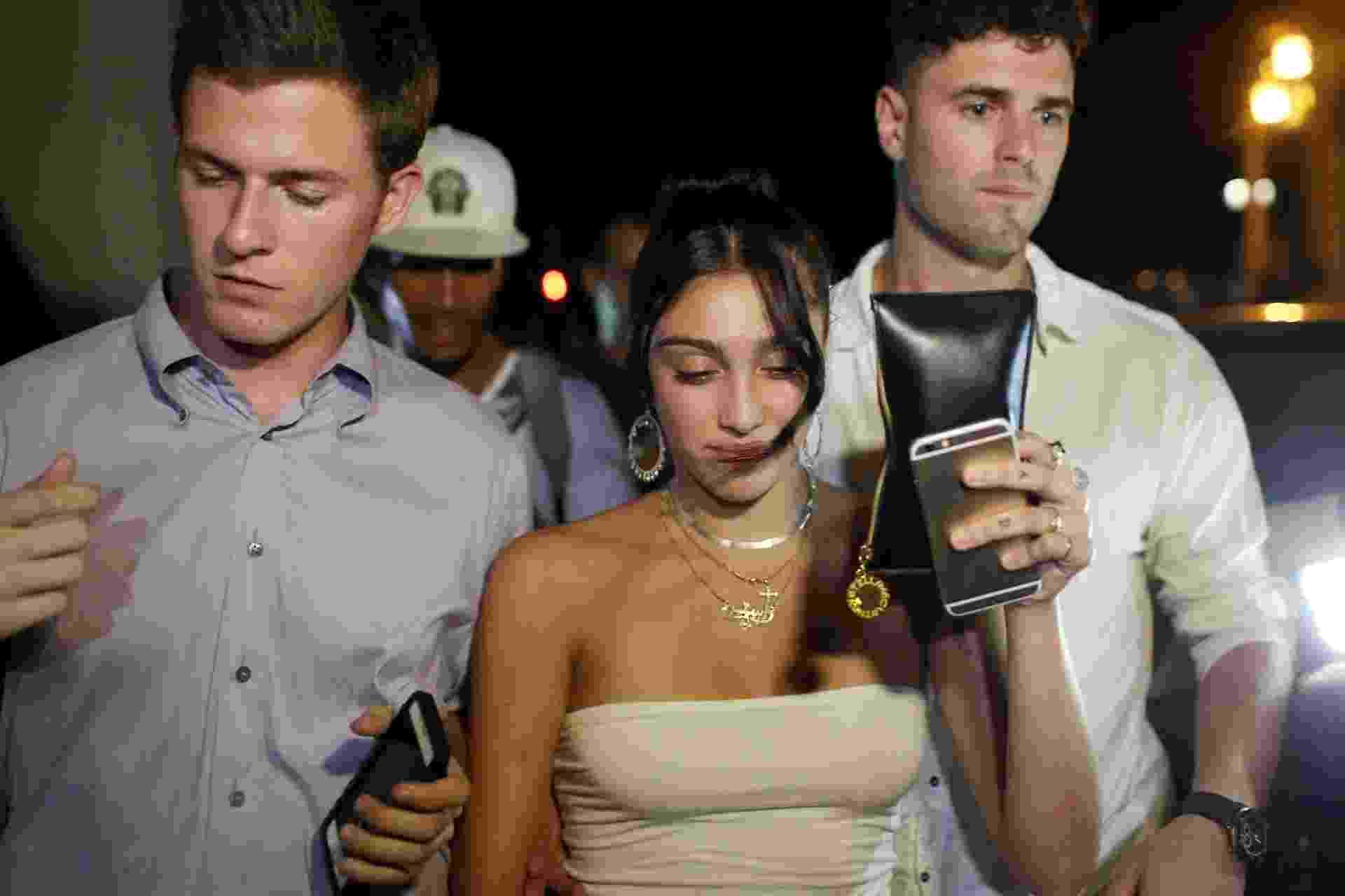 15.ago.2016 - Cercada por seguranças, Lourdes Leon deixa hotel para passear por Havana - Reuters