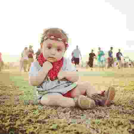 Martina sentada no gramado do festival - Arquivo pessoal - Arquivo pessoal