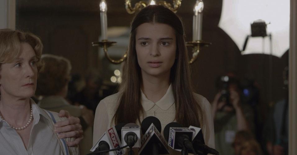 Emily Ratajkowski em cena em Garota Exemplar, filme dirigido por Ben Affleck