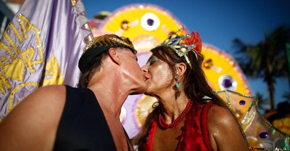 18.fev.2017 - Teve beijo a valer no cortejo do Simpatia É Quase Amor, no sábado (18), no Rio
