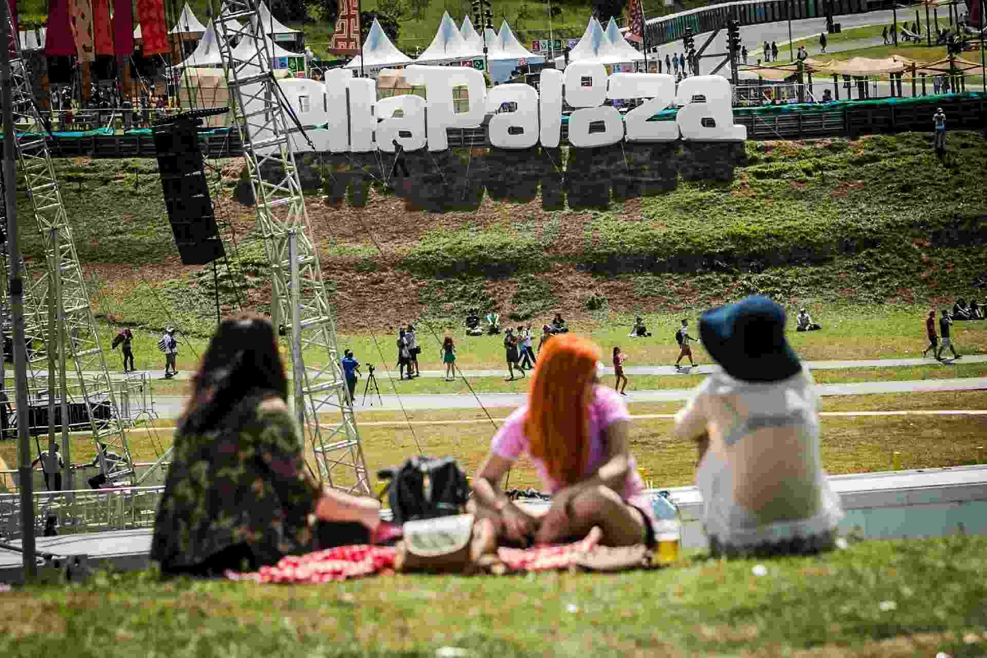 O segundo dia do Lollapalooza começou com sol quente e um público tímido - Bruno Santos/UOL