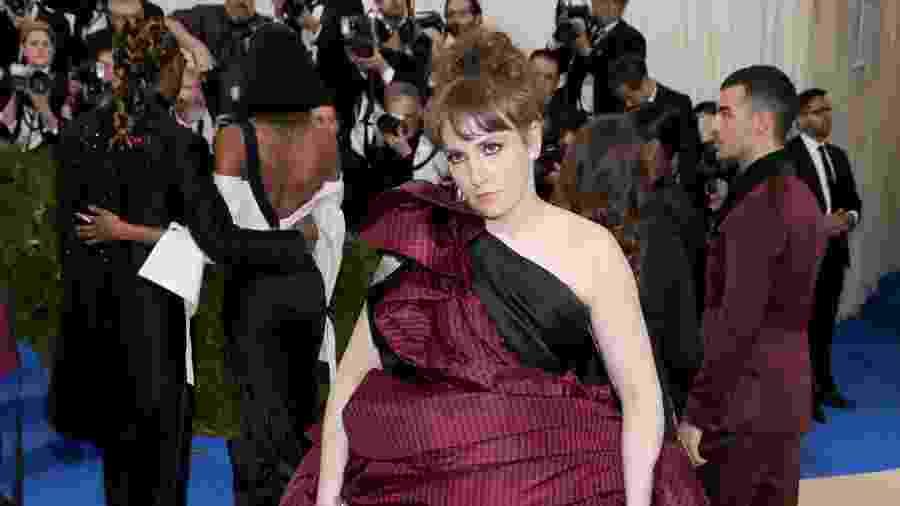 A atriz e escritora Lena Dunham posa no tapete vermelho - Getty Images