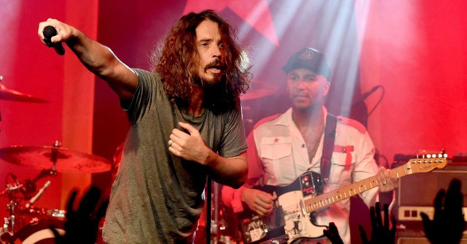 O cantor Chris Cornell canta com Prophets of Rage no dia 20 de janeiro no Taragram Ballroom, em Los Angeles