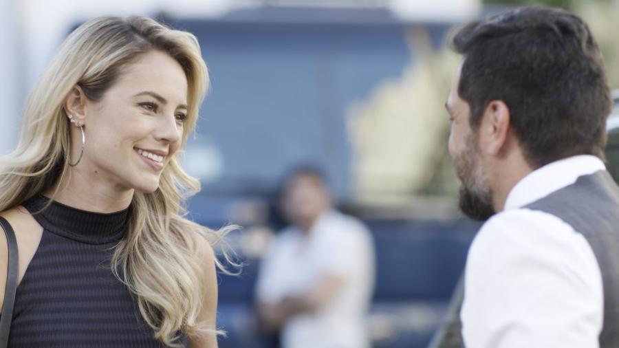 """Jeiza (Paolla Oliveira) pega carona com Caio (Rodrigo Lombardi) em """"A Força do Querer"""" - Reprodução/GShow"""