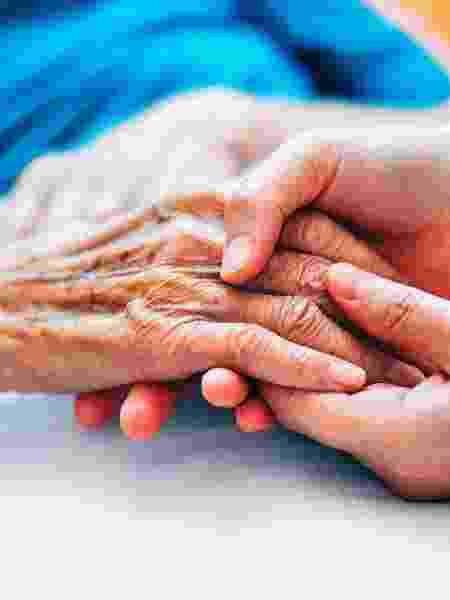 Uma pessoa que tem três ou mais parentes de segundo grau (como tios, avôs e primos) com Alzheimer apresenta uma elevação deaté 46% no risco da demência - iStock