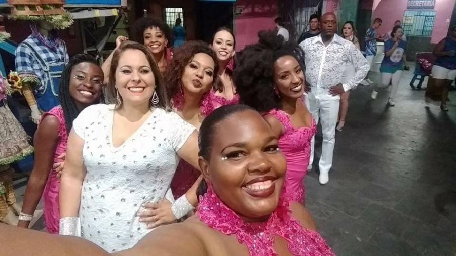Juliana (em branco) acompanhada do restante do time de Passistas Renovação da Rosas de Ouro - Reprodução/Facebook
