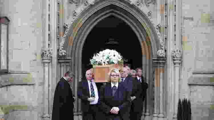 Caixão com o corpo de Stephen Hawking deixa a igreja de Santa Maria a Grande, em Cambridge, após funeral - Daniel Leal-Olivas/AFP Photo - Daniel Leal-Olivas/AFP Photo