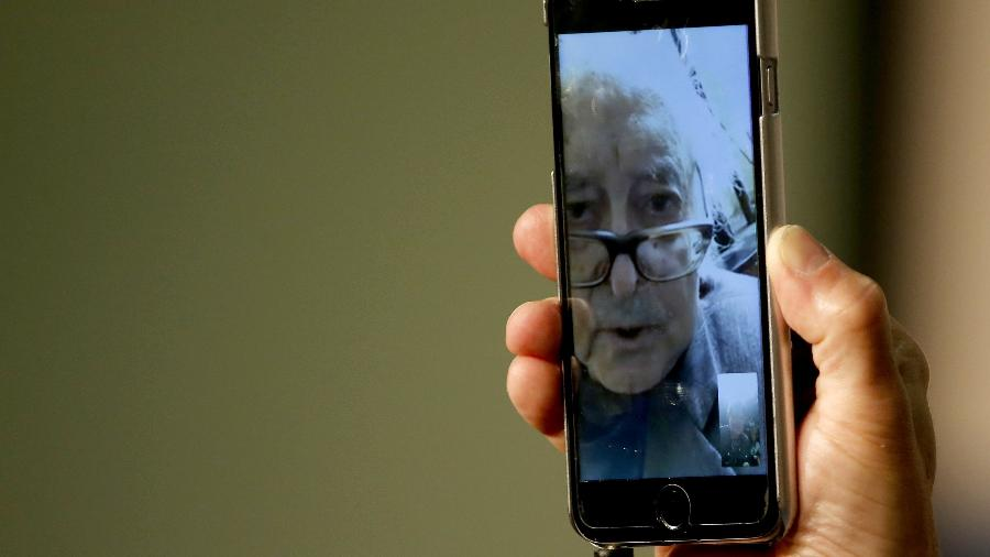 O cineasta  Jean-Luc Godard faz coletiva pelo celular no Festival de Cannes - REUTERS/Regis Duvignau