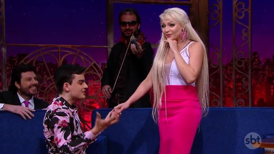 Dudu Camargo pede Barbie Humana em namoro - Reprodução/SBT