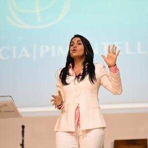 Além de administrar a própria empresa, Patrícia também dá palestras sobre liderança, vendas, motivação e espiritualidade