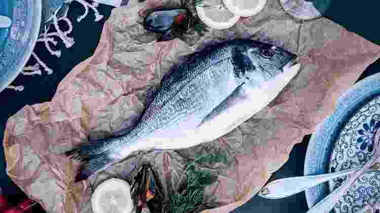 Peixe cru em cima de uma mesa - knape/IStock - knape/IStock