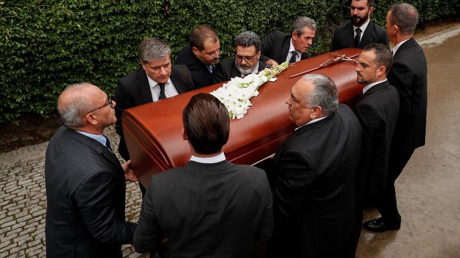 Caixão de Montserrat Caballé é carregado durante funeral em Barcelona - REUTERS/Albert Gea