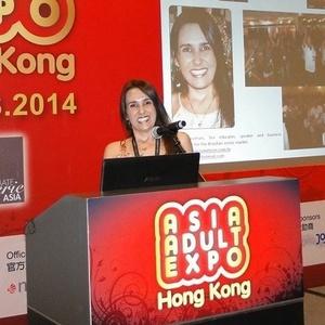 ec36e1cb20d Elaine ministrou palestra e levou seus produtos para a Feira Erótica de  Hong Kong