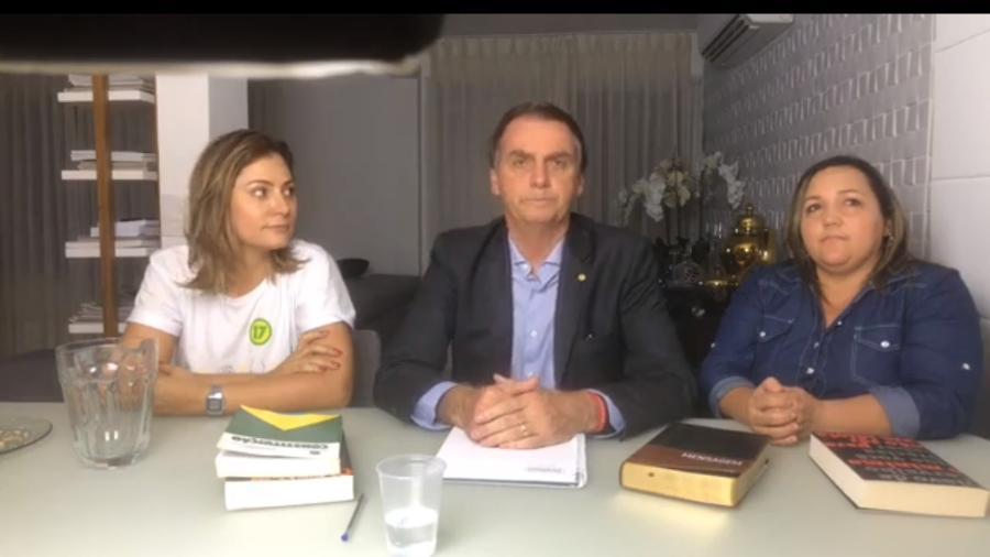 Michelle, Jair Bolsonaro e a intérprete de Libras Angela na primeira transmissão do político após a vitória nas urnas - Reprodução/Facebook/Jair Bolsonaro