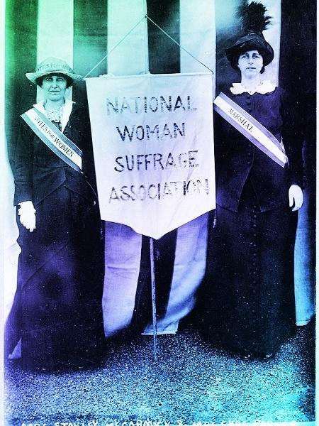 À esquerda, Katharine McCormick na campanha pelo direito das mulheres ao voto; amizade entre duas estimulou criação da pílula - Getty Images