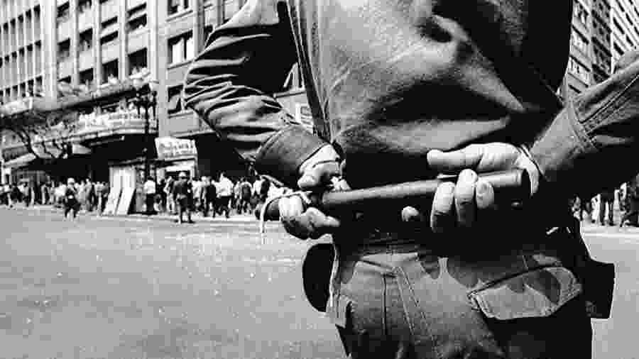 Oficial faz vigília durante a ditadura militar no Brasil, que se instalou no período entre 1964 e 1985 - © DR