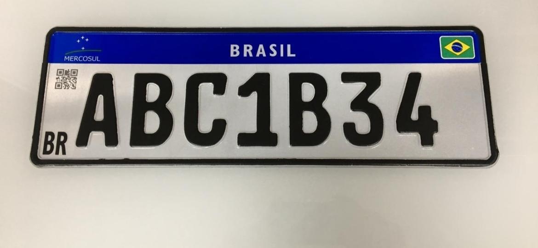 Versão atual da placa Mercosul; novo padrão perdeu vários itens de segurança desde lançamento experimental no RJ, em setembro de 2018. Indicação da cidade de registro é um deles - Divulgação
