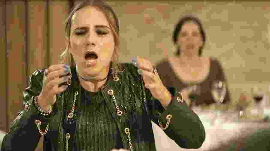 Josiane joga vinho na cara de Sabrina - Globo