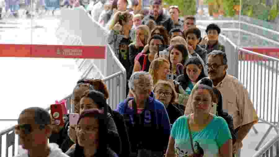 Fila de fãs do lado de fora continuou grande após abertura dos portões - Nelson Antoine/UOL