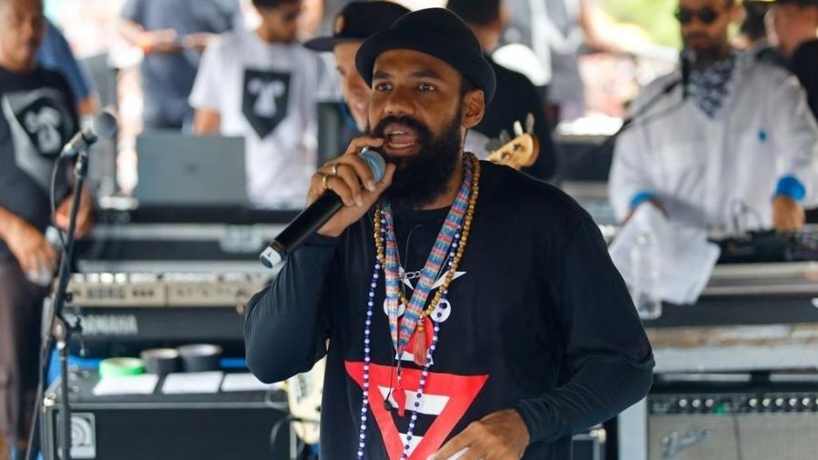 Russo Passapusso, vicalista do BaianaSystem, durante o desfile do bloco Navio Pirata na avenida Tiradentes, em São Paulo - Marcelo Justo/UOL