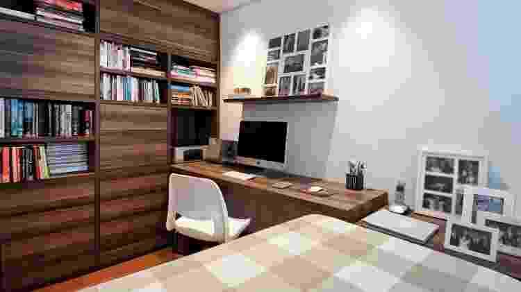 O office no quarto de casal projetado pela arquiteta Pati Cillo (https://www.instagram.com/paticillo_arquitetura/) nasceu a partir da estante, já que os moradores possuem muitos itens para serem acomodados. Livros são mantidos em nichos abertos, enquanto documentos, protegidos por portas. A mesa é uma extensão de uma das aberturas, chegando até a cabeceira da cama que, no dia a dia, fica com cara de sofá. - Luis Gomes - Luis Gomes