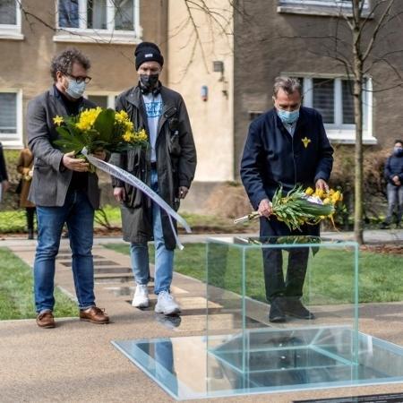 Monumento de cristal inaugurado em Varsóvia: homenagem a historiador que recuperou história do bairro - AFP