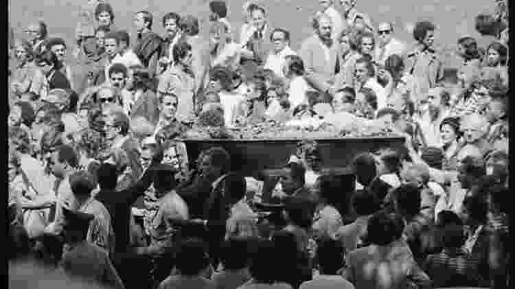 A multidão levou o caixão desde a W3 Sul até o cemitério Campo da Saudade  - Agência Nacional - Agência Nacional