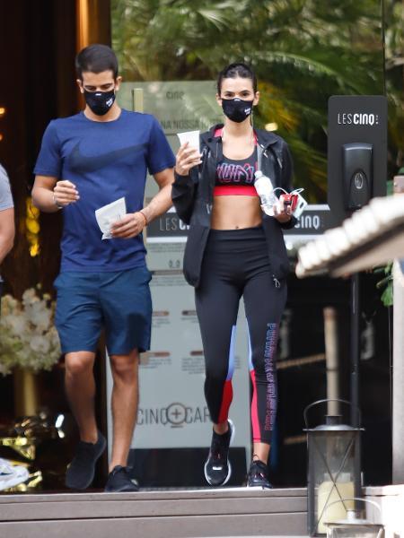 Bruna Marquezine e Enzo Celulari foram fotografados pós-treino nos Jardins, bairro nobre de São Paulo - Lucas Ramos / AgNews