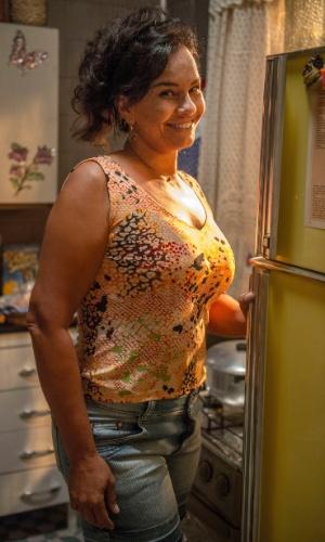 Vanda (Solange Couto) ama os seus dois filhos. Enquanto paparica demais Luan (Vitor Novello), ela pega no pé do primogênito Uodson (Lucas Lucco) e nem percebe que o caçula tem vergonha da situação financeira da família