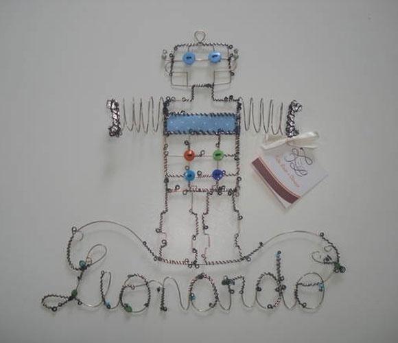 Enfeite aramado de robô, da Feito Laço e Abraço (www.elo7.com.br/feitolacoeabraco). A peça mede 30 cm por 32 cm. R$ 320. Preço pesquisado em agosto de 2015 e sujeito a alterações