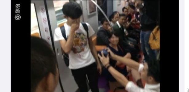 No interior do trem, um homem se ajoelha e pede para que passageiros sirvam de testemunhas - Weibo / Bai Yiyan Vina