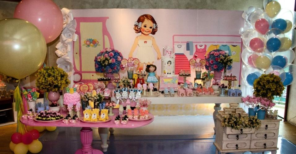 Para deixar a mesa romântica, a Fru Fru by Lorena Duque optou pelas cores azul bebê, rosa, amarelo e tons pastéis para compor a decoração do chá de bebê. Além disso, dois