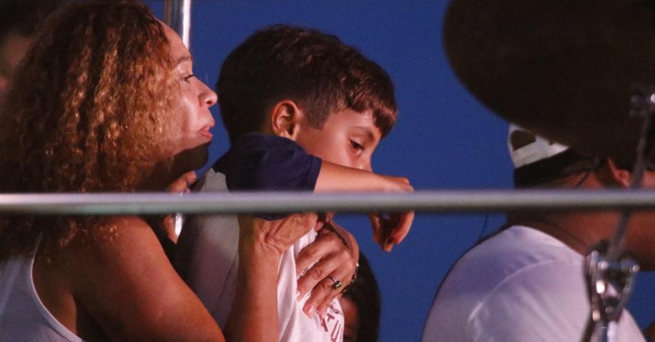 16.jan.2016 - Filho de Ivete, Marcelo acompanhou o show da mãe em cima do trio elétrico na Praia do Forte, próximo de Salvador, na Bahia