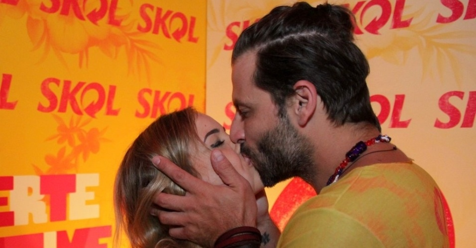 5.fev.2016 - Henri Castelli beija a namorada, Maria Fernanda Saad, no camarote Skol, no Recife