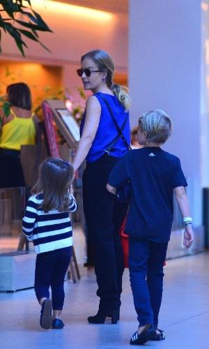 15.mai.2016 - Angélica repete o programa de sábado e leva dois de seus três filhos ao cinema no Rio. Desta vez, Benício acompanhou a mãe e a irmã mais nova, Eva