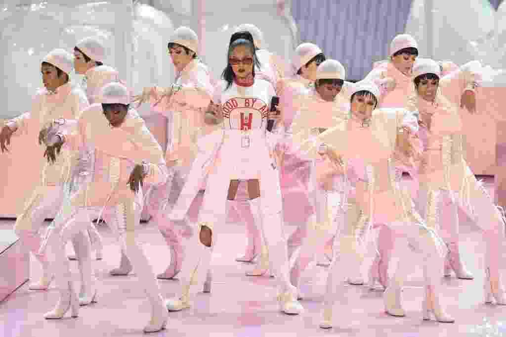 28.ago.2016 - Rihanna abre o Video Music Awards 2016 com medley com várias músicas da carreira - Michael Loccisano/Getty Images/AFP