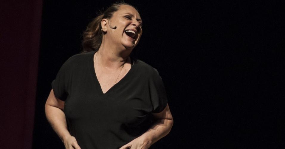 """Elizabeth Savala em cena na peça """"A.M.A.D.A.S - Associação de Mulheres que Acordam Despencadas"""", de Regiana Antonini"""