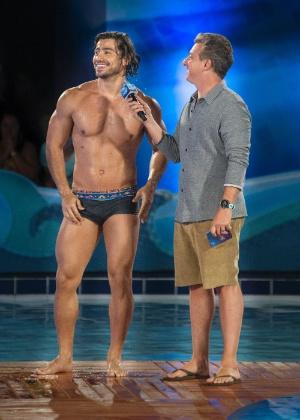 """Mariano e o apresentador Luciano Huck no quadro """"Saltibum"""" - Mauricio Fidalgo/TV Globo"""