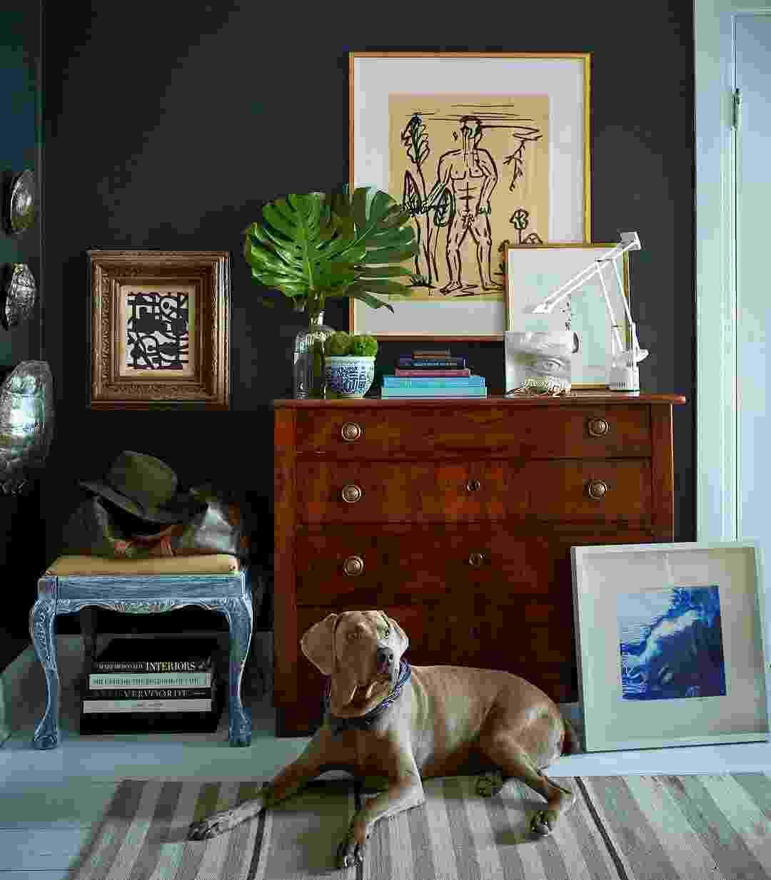 """O weimaraner Baylor é quase uma """"marca registrada"""" na fotos dos ambientes da casa do designer William McLure. Ele é tão classudo que deixa a sala ainda mais bonita - Instagram/@william_mclure"""