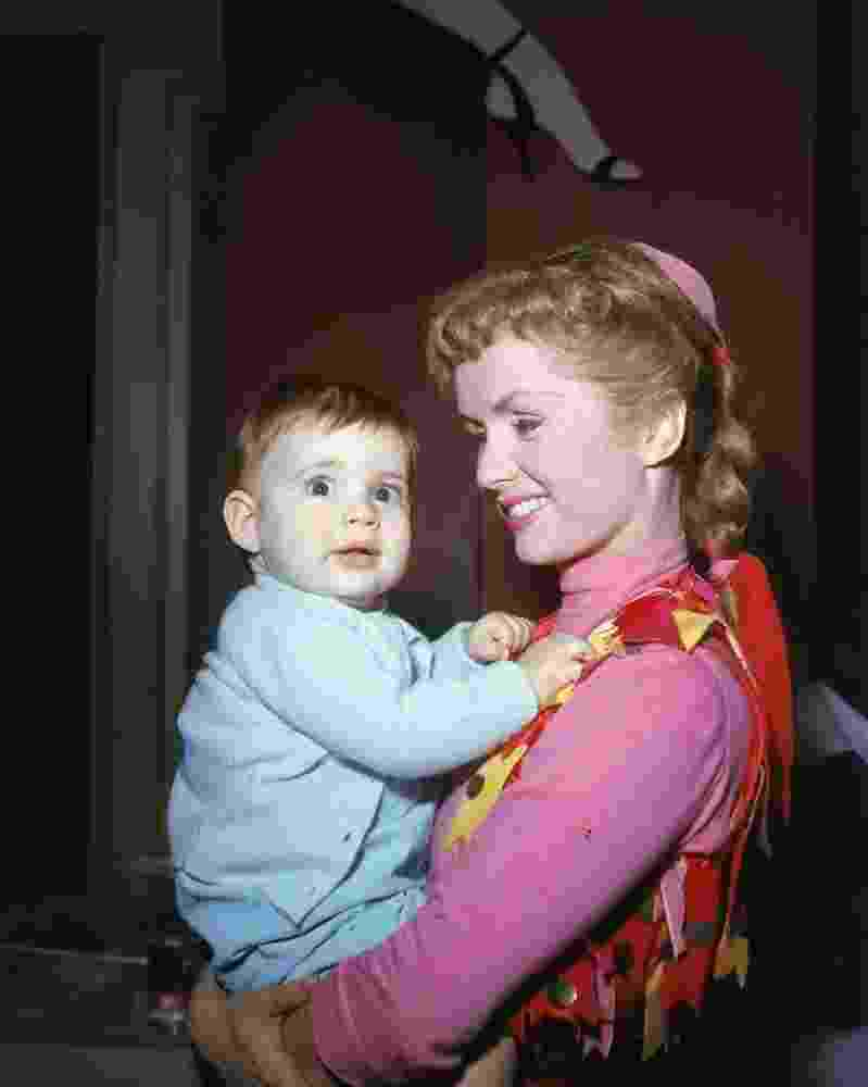 Carrie Fisher no colo da mãe Debbie Reynolds - Getty images