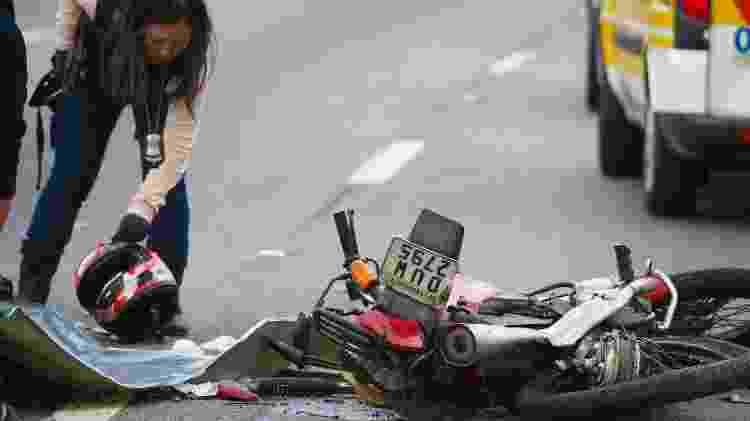 Peritos trabalham em local de acidente entre caminhão e moto na marginal Tietê, em SP - Zanone Fraissat/Folhapress