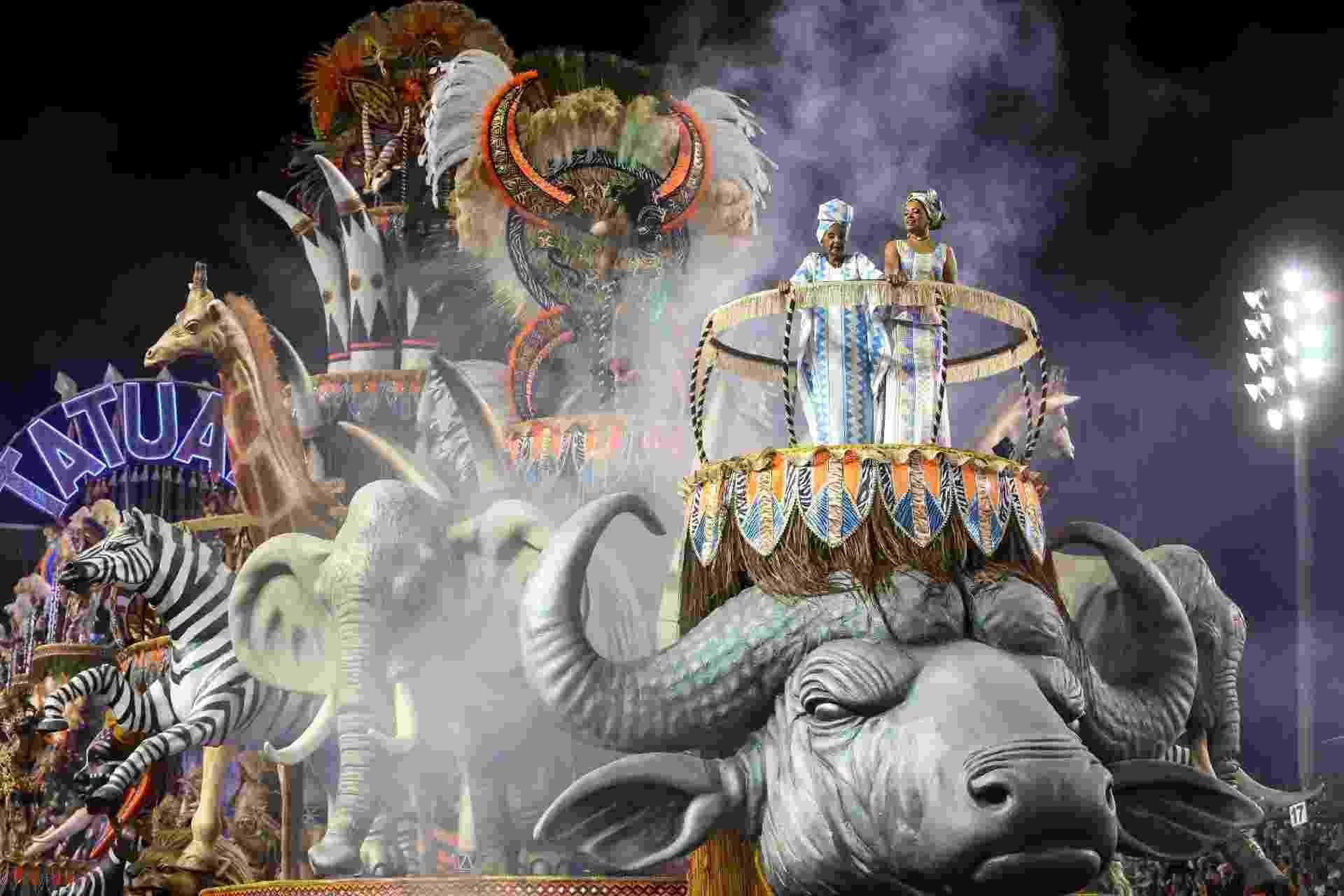 """24.fev.2017 - A Acadêmicos do Tatuapé desfila na primeira noite do Carnaval de São Paulo com o enredo """"Mãe África, uma Homenagem a uma África Festiva"""" - Amanda Perobelli/UOL"""
