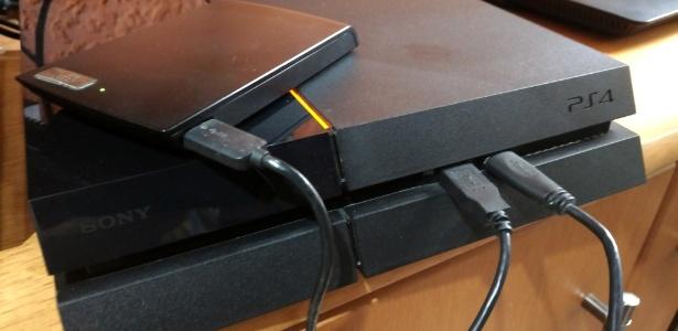 Utilizar um HD externo no PS4 é simples e basta usar uma das conexões USB frontais - Rodrigo Lara/Gamehall