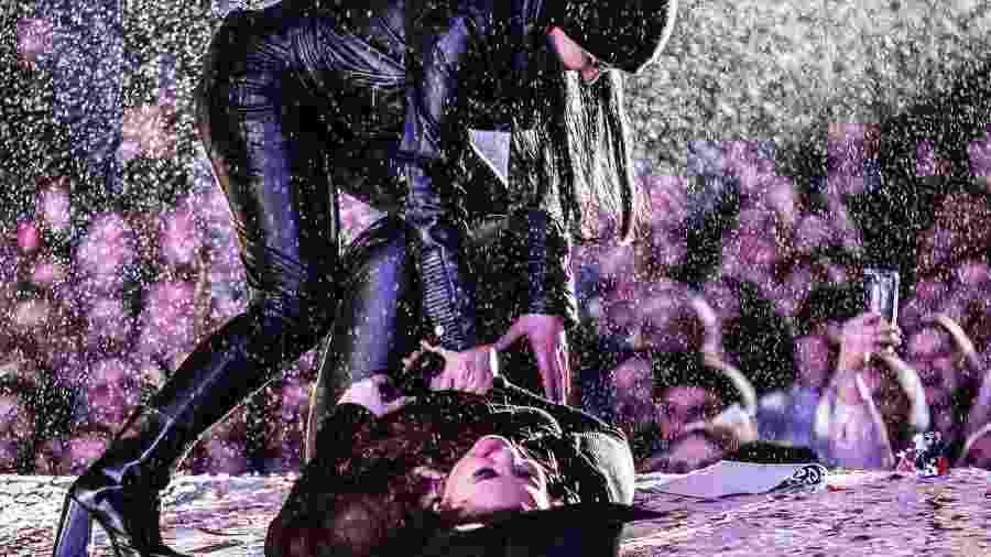 Maraisa ajuda a irmã Maiara que caiu no palco em show em Santa Catarina - Reprodução/Instagram